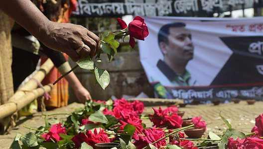 'ব্লগার হত্যায় প্রশ্নবিদ্ধ সরকার'